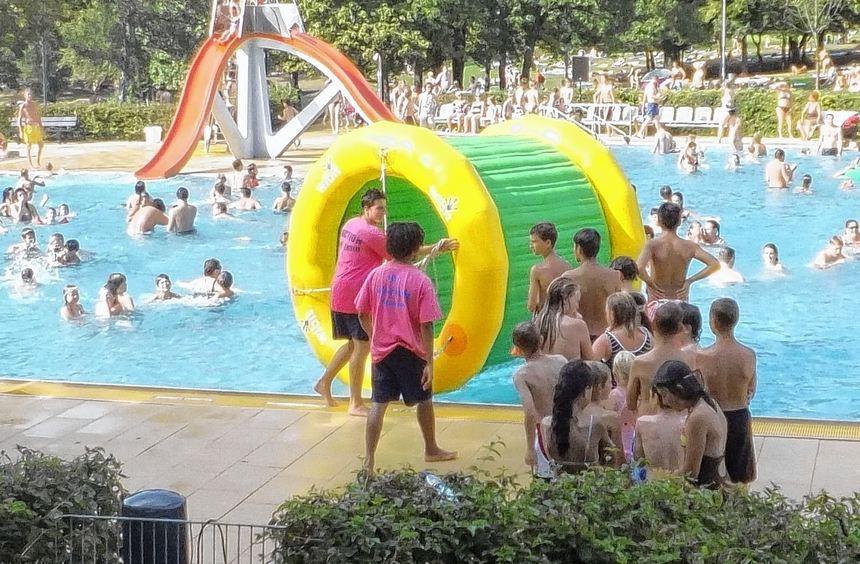 """Die vielen Spielgeräte für nasse Unterhaltung wie das Laufrad sind bei den Besuchen von """"H2O"""" immer ..."""
