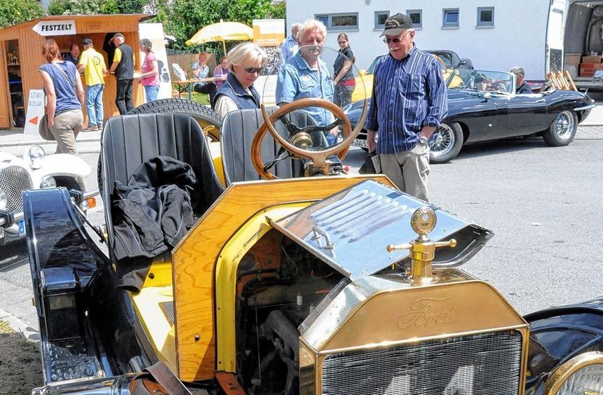 Staunen und fachsimpeln konnten die Besucher angesichts der automobilen Schätze beim ...
