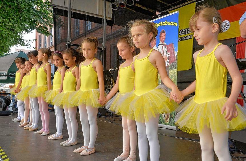 Hand in Hand: die Kinder der Tanzebene Lampertheim bei ihrem Auftritt auf dem Spargelfest.