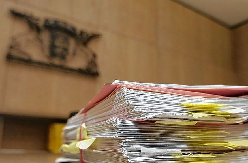 Ein dickes Vorstrafenregister hat einen neuen Eintrag bekommen: Der Angeklagte muss erneut wegen ...