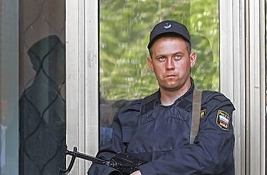 Ein Polizist gestern bei einer der Hausdurchsuchungen.