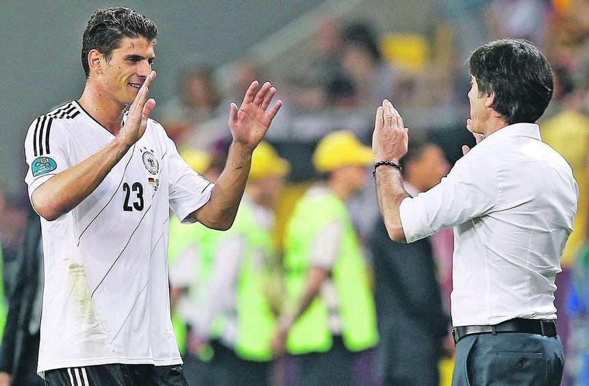 Bundestrainer Joachim Löw (rechts) verteidigt den Portugal-Matchwinner Mario Gomez.