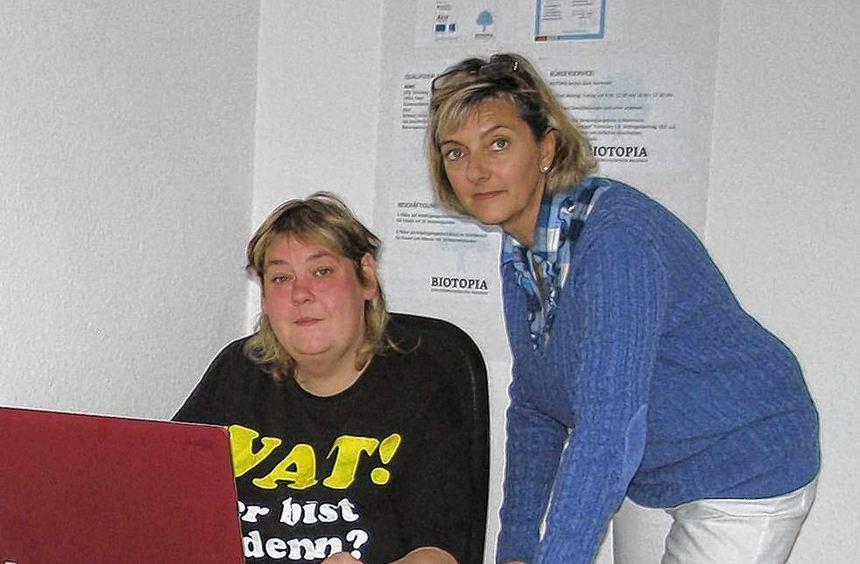 Wie formuliert man ein Anschreiben an die Behörde? Von Yvonne Baumgarten ange-leitet übt Heike ...