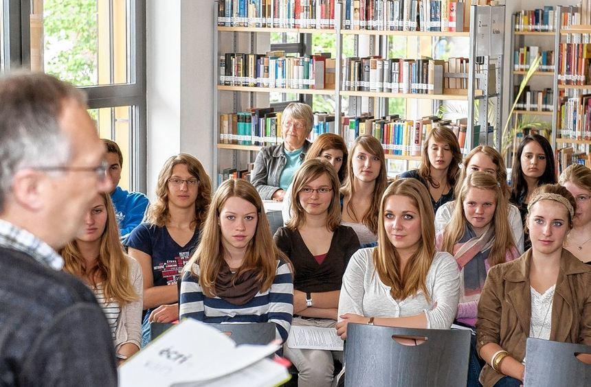 Der französische Autor Bernard Friot war am Montag zu Gast im Goethe-Gymnasium. Er stellte den ...
