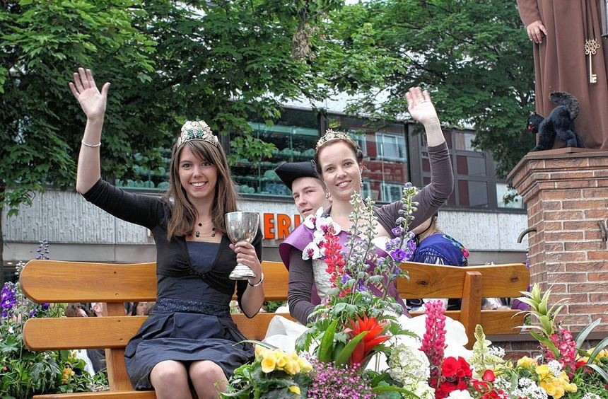 Blütenkönigin Simone Spyrka (re.) und Weinkönigin Melanie Hillenbrand rührten beim Hessentagsumzug ...