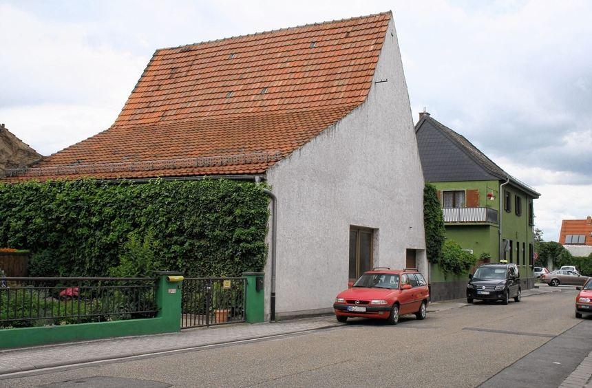 An der Stelle, an der heute das hellgraue Scheunengebäude steht, möchte die Familie Bretzel ein ...