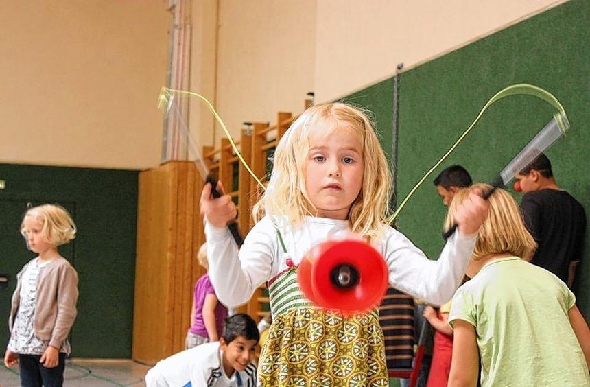 Volle Konzentration: So geschickt wie diese junge Dame stellen sich nicht alle Kindergartenkinder ...