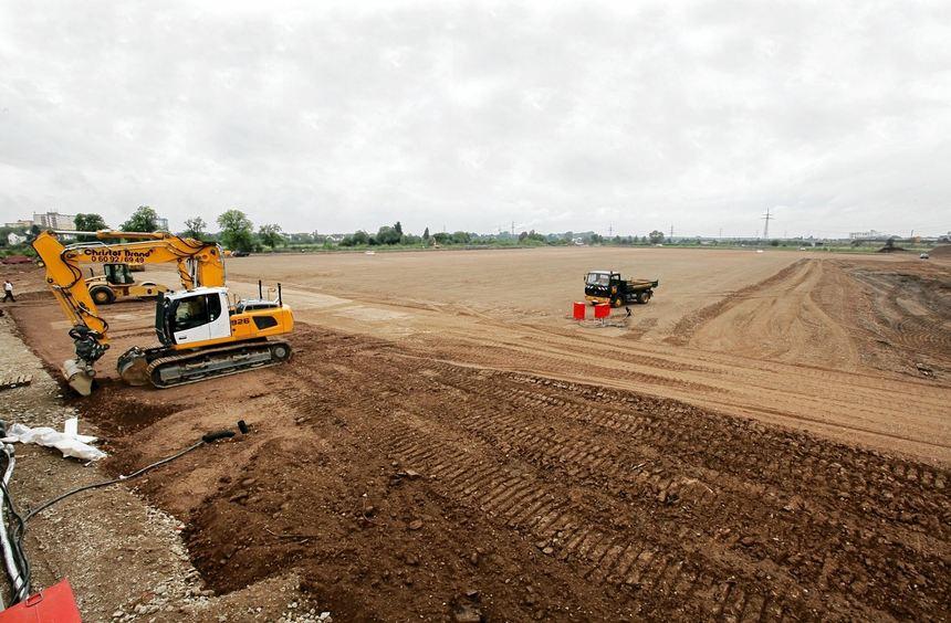 Der Weg ist schon geebnet für das Decathlon-Logistikcenter: Das Gelände wurde nivelliert und mit ...