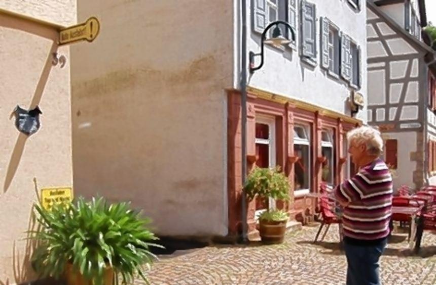 Walter Krüger zeigt die Stelle in der Hauptstraße, an der früher das Haus Stern stand, an das heute ...