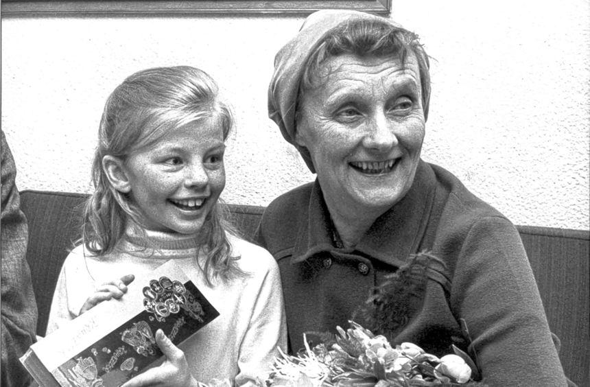Die schwedische Kinderbuchautorin Astrid Lindgren (rechts) mit der Hauptdarstellerin des Films ...