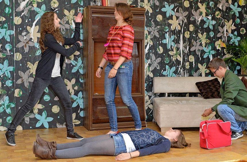 Die letzten Proben laufen (von links): Ludmila Dietz, Tamara Pfaff und Robin Vollhardt, am Boden ...