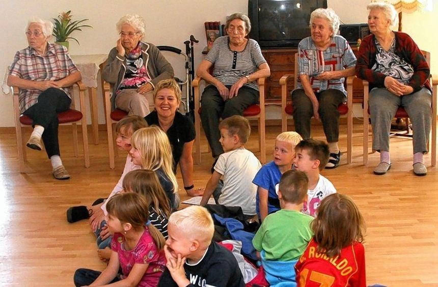 Junger Besuch im Seniorenwohnheim: Die Vorschulkinder der Kita Falterweg unterhielten die Bewohner ...