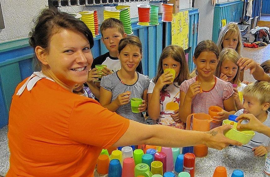 Rebecca Jäger von der Stadtjugendpflege hat in der Kinderhütte alle Hände voll zu tun. Spaß ...