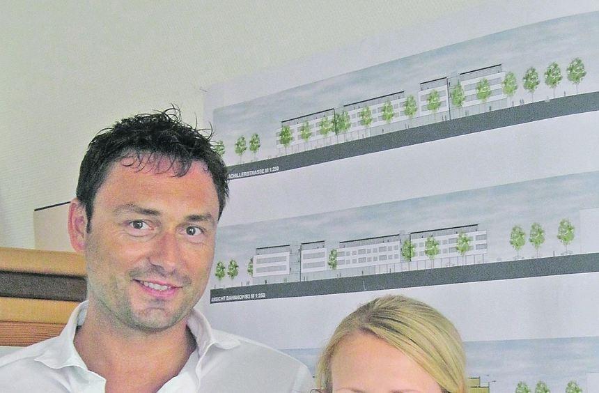 Investor Sven Witteler und Sabrina Burkhardt vor den Plänen für die Bebauung ihres Areals auf dem ...