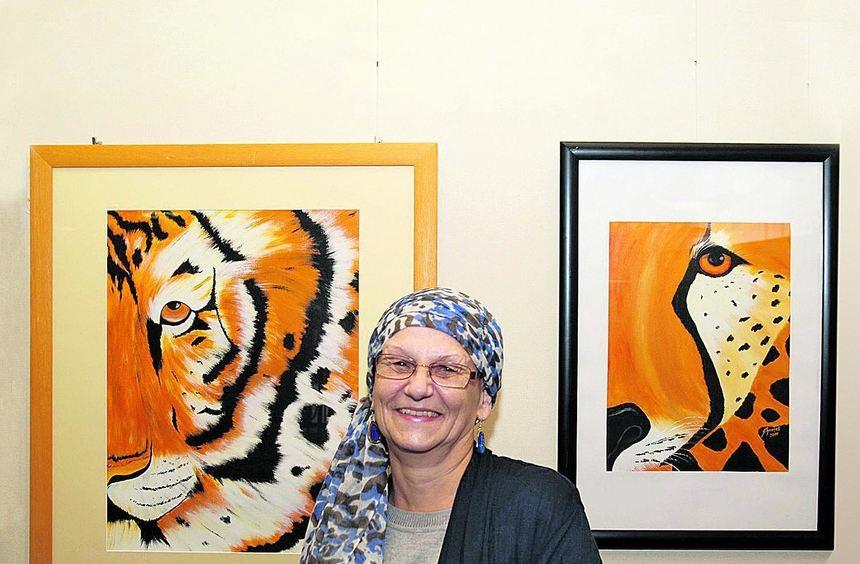 Christa Schenkel vor zweien ihrer Werke, die noch bis Ende dieser Woche in der Filiale der ...