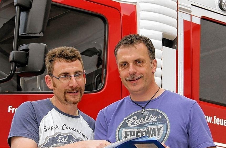 Michael Sturm (rechts) hat alles genauestens in seiner blauen Mappe notiert und bringt Kommandant ...