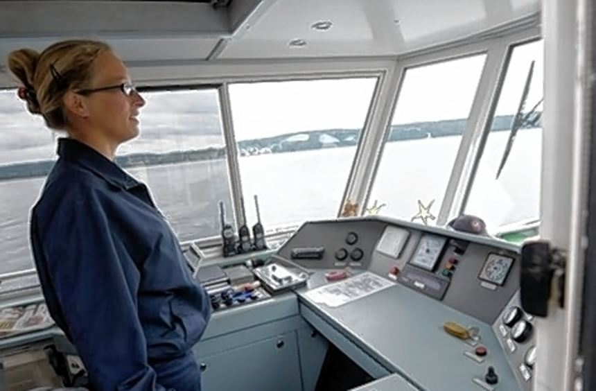 """Carola Schenk auf der Kommandobrücke der """"Seestern""""."""