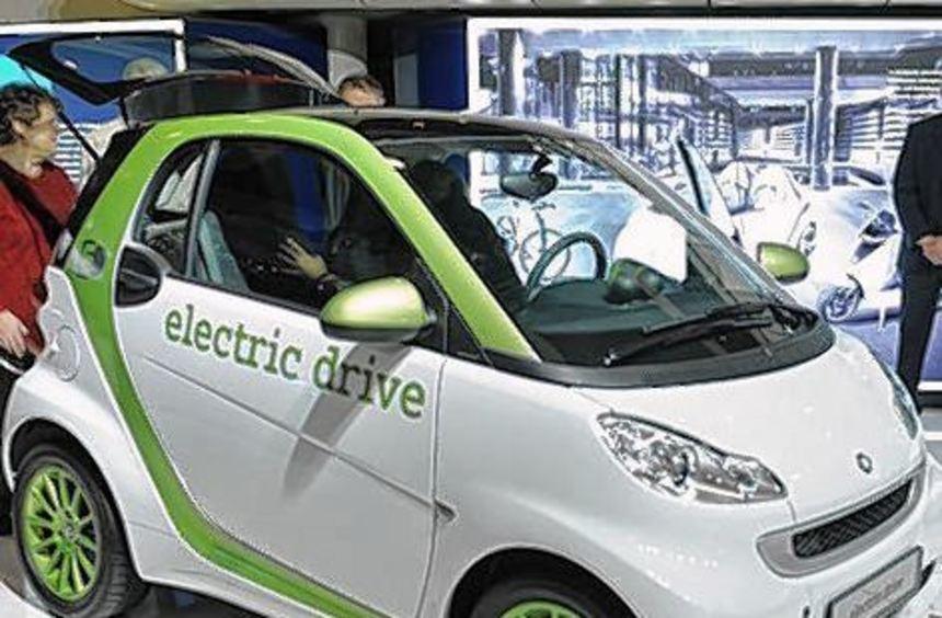 Laut Daimler kommt der E-Smart aufgeladen 145 Kilometer weit.