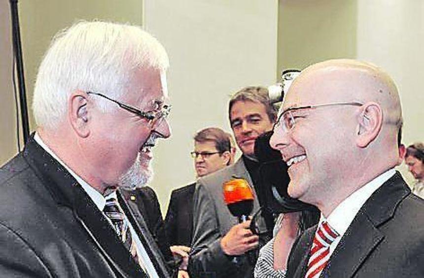 Peter Harry Carstensen (links) und sein Nachfolger Thorsten Albig.