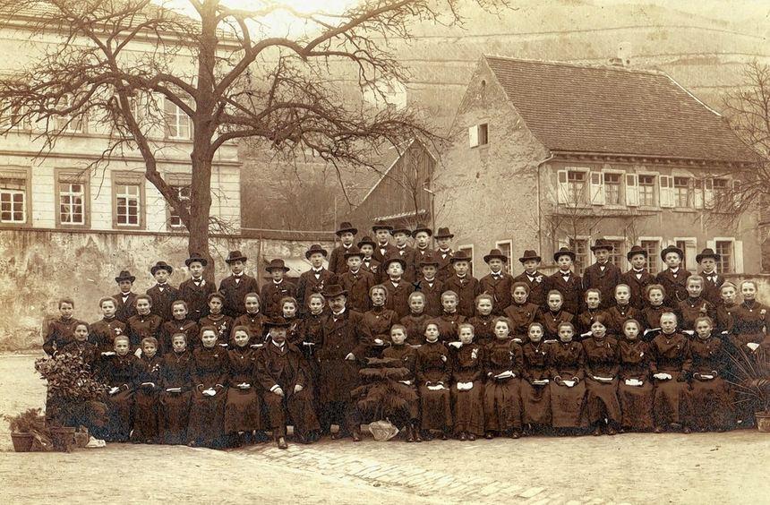 Das Ensemble des katholischen Gemeindezentrums Schriesheims rechts neben der Strahlenberger ...