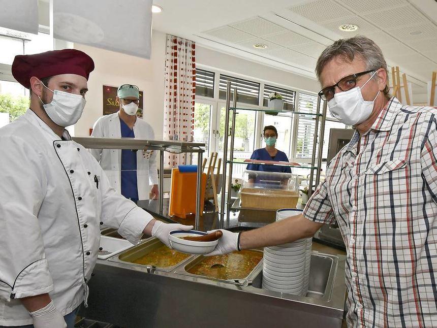 Peter Gerster (re.) – hier mit Daniel Hanschke von Rebional – spendierte für das HGH-Personal am ...