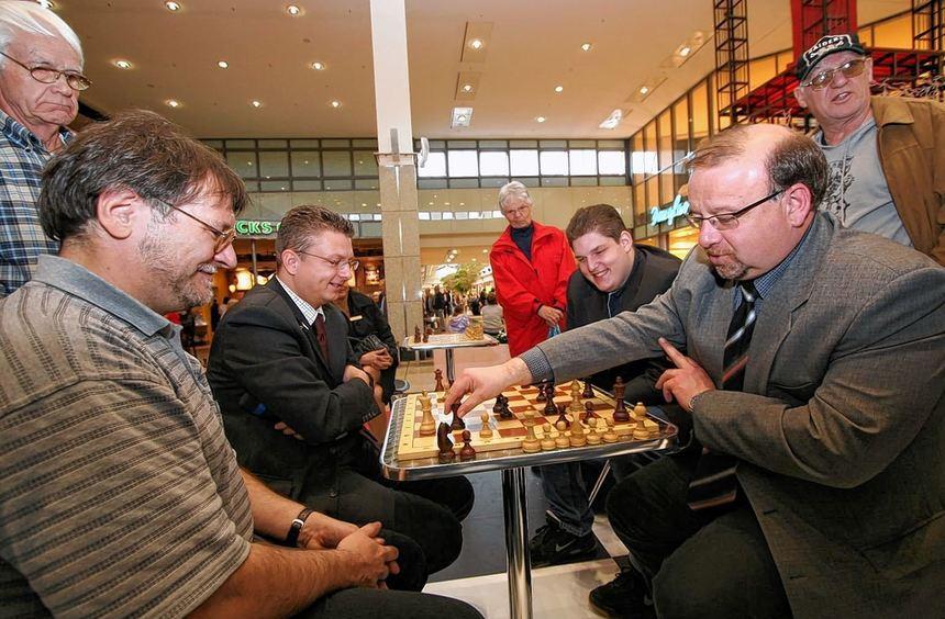 Erster Stadtrat Martin Ringhof (r.) setzt Dr. Uwe Pfenning matt: Trotz der Niederlage bei einem - ...