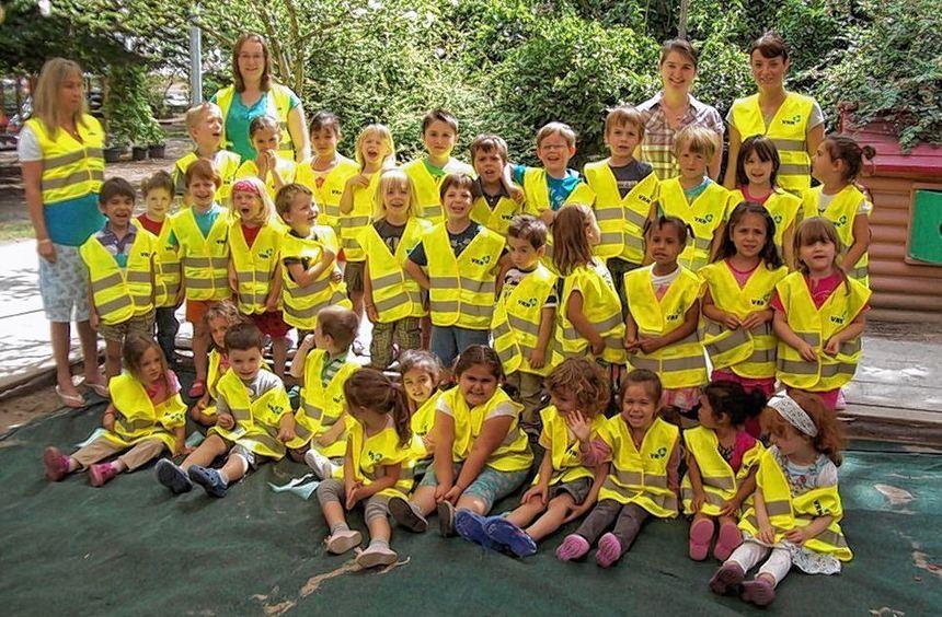 Die Kinder von des Kindergartens St. Maria sind stolz auf ihre neuen Westen.