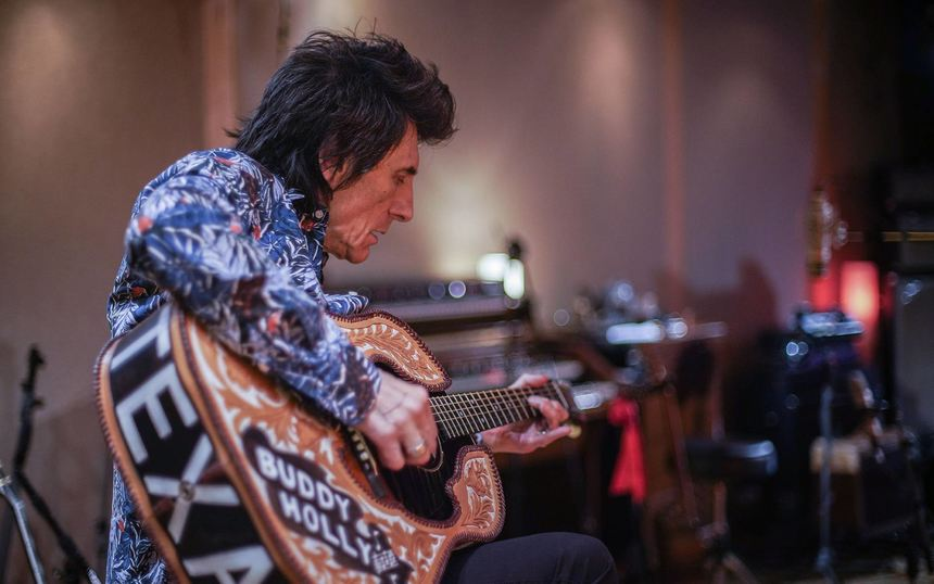 "Alles im Griff: Ronnie Wood in einer Szene des Films ""Ronnie Wood: Somebody Up There Likes Me""."