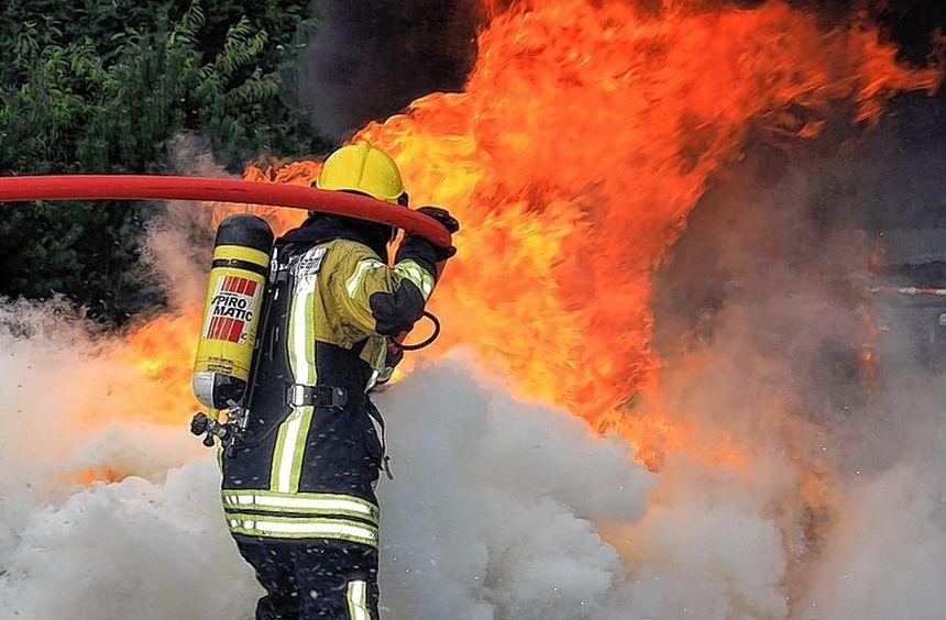 Löschangriff auf einen Reifenstapel: Das neue Löschmittel F-500 entzieht dem Feuer sehr schnell ...