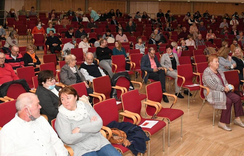 Statt der sonst üblichen 440 Sitzplätze standen den Theatergästen Corona-bedingt nur 149 zur ...