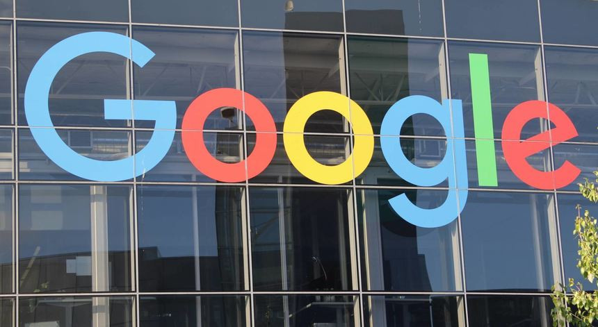 Das Google-Logo prangt am Hauptsitz des Mutterkonzerns Alphabet in Mountain View (US-Bundesstaat ...