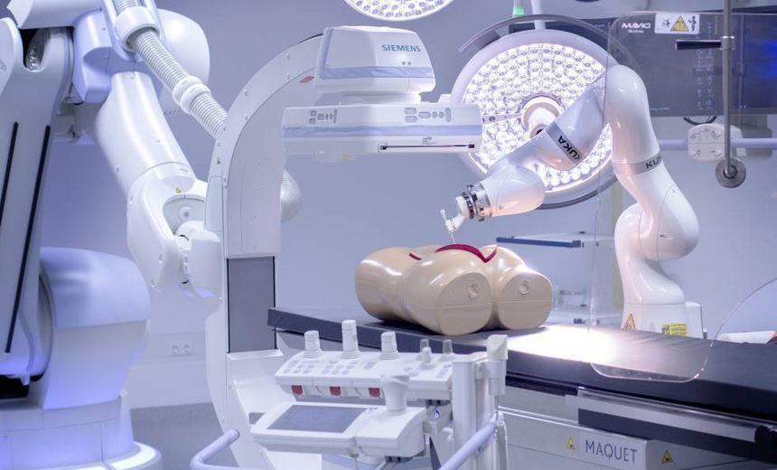 Artis Zeego (links vorn) ist ein Röntgenroboter – rechts ist ein Biopsieroboter, ein ...