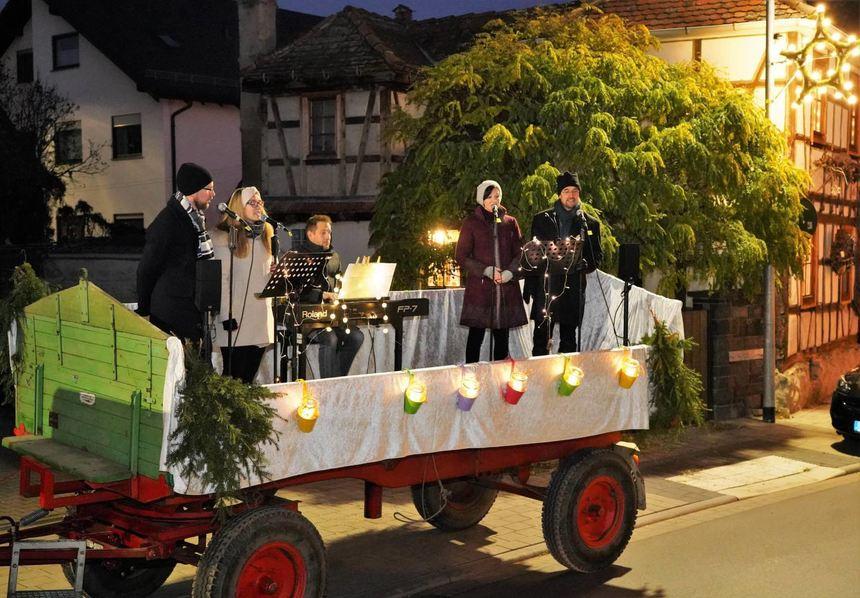 """Mit dem """"Klingenden Adventswagen"""" waren am Sonntag Pfarrer Christian Ferber (Mitte) sowie die ..."""