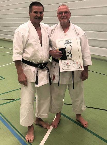 Karateka Jörg Rippert (r.) legte in diesem Jahr seine Prüfung zum 6. Dan ab. Das Bild zeigt ihn mit ...