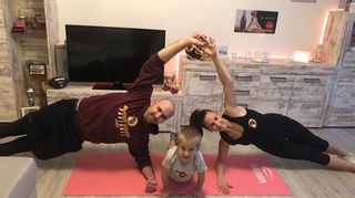 Aktiv im Lockdown: Redskins-Coach Lisa Migenda mit Familie beim virtuellen Body-Workout.