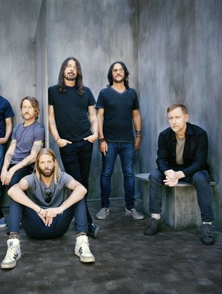 Die Foo Fighters (von links): Rhythmusgitarrist Pat Smear, Lead-Gitarrist Chris Shiflett, Schlagzeuger Taylor Hawkins, Frontmann Dave Grohl, Keyboarder Rami Jaffee sowie Bassist Nate Mendel.