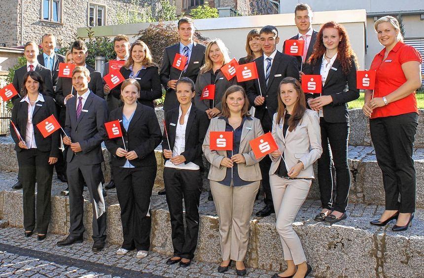 16 Auszubildende haben jetzt ihren Dienst bei der Sparkasse Starkenburg in Heppenheim begonnen: ...