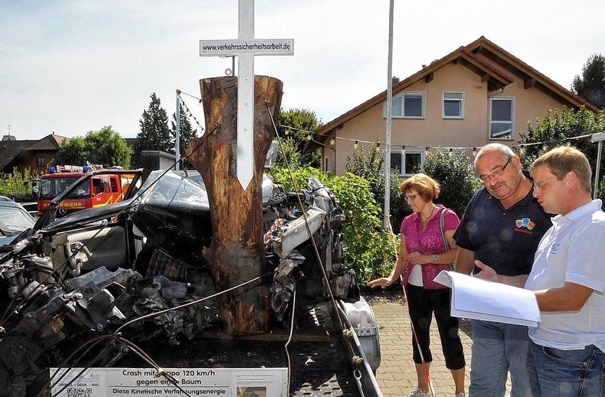 Der Fahrer des Wagens hat den Unfall nicht überlebt - mit Unfall-Mahnmalen will der Verein zur ...
