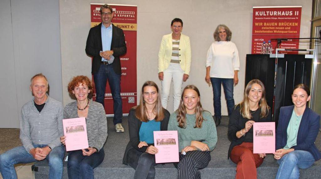 Preisträger (vorne v. l.): Günter Bergmann, Cäcilie Bauer (Turley-Projekt), Clara Legner, Nemea Holme (LFG), Caroline Golly, Carmen Schneider (Surfrider).