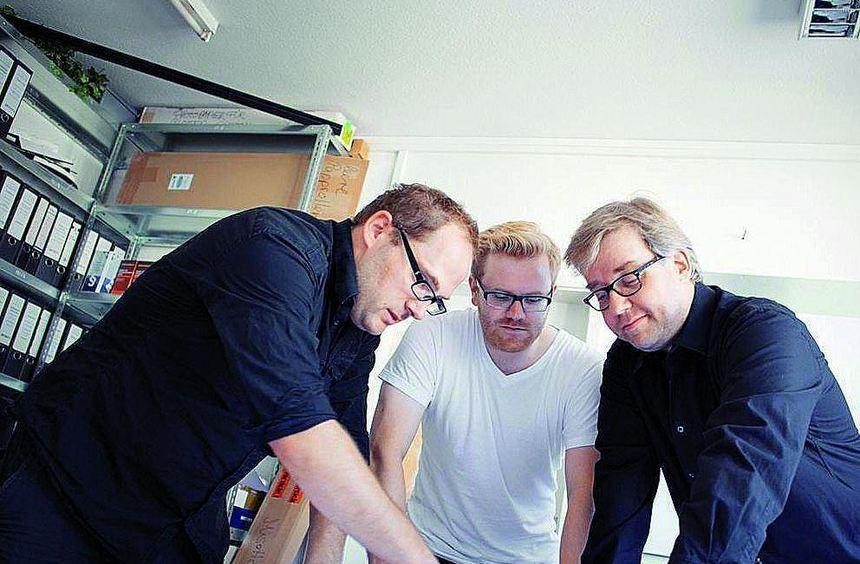 Die Produktionsleiter Florian Napp, Tobias Uhl und Holger Beckschebe (v.l.) bei der konzentrierten ...