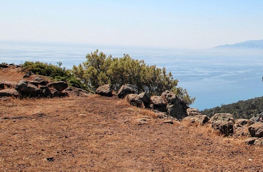 Eine sagenhafte Fernsicht lässt Wanderer vom Gebirge des Supramonte auf Sardinien über das ...