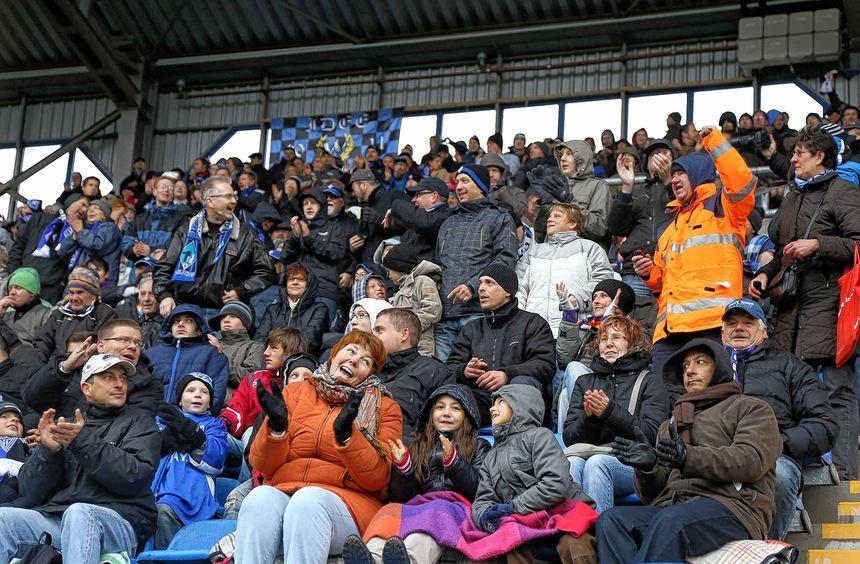 Bei Schneeregen und eisiger Kälte erwärmte der SV Waldhof rund 8500 Fans im Carl-Benz-Stadion beim ...