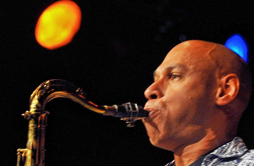 Gern gesehener Gast: Joshua Redman beim Konzert mit seiner Band James Farm in der Alten Feuerwache.