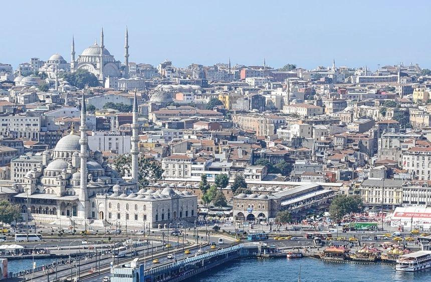 Von den Hügeln Istanbuls aus öffnet sich ein wundervoller Blick nicht nur zur Hagia Sophia, der auf ...
