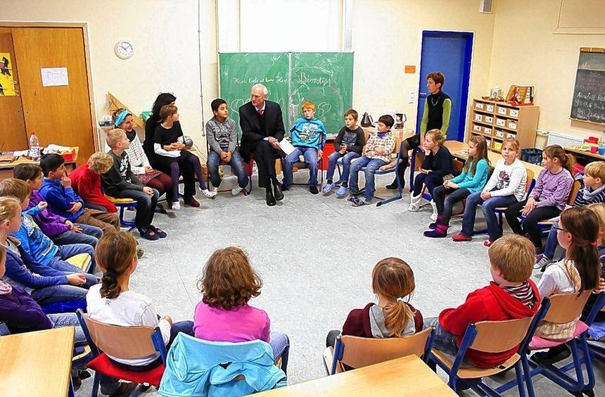 Abgeordnete lesen Kindern vor: Lothar Binding (großes Bild, Mitte) und seine Kollegen Dr. Karl A. ...