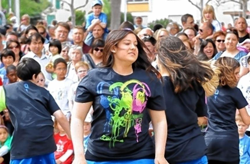Die Tanzgruppen des Juz mischen beim Feiern kräftig mit.