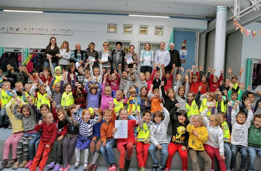 Großer Jubel in der Hirschacker-Grundschule, als die Kinder den Wanderpokal für die zahlenmäßig ...