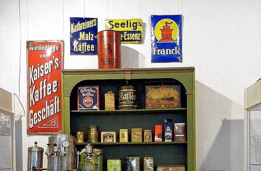 Ladenszene mit Kaffeeriechproben.