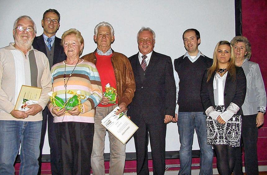 Ehrung der Blumenfreunde: Unser Bild zeigt (von links) Uwe Beißner und Helga Lingner (dritter ...