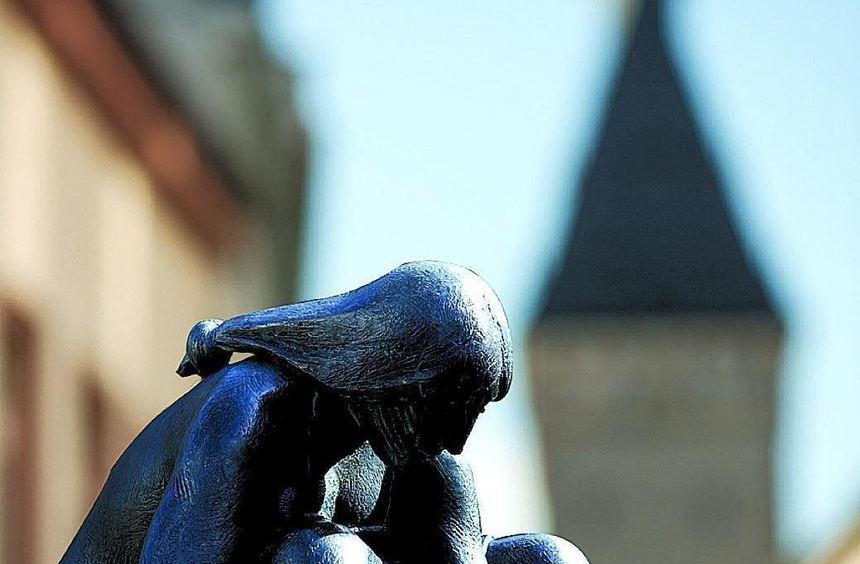 """Ansichten aus der Domstadt: Die bronzene """"Goldwäscherin"""" am Willy-Brandt-Platz mit dem Altpörtel im ..."""